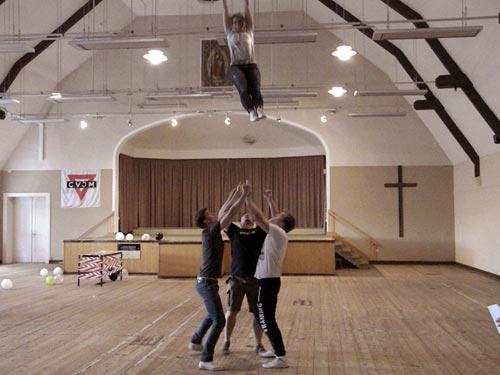 Fliegende Menschen im großen Saal